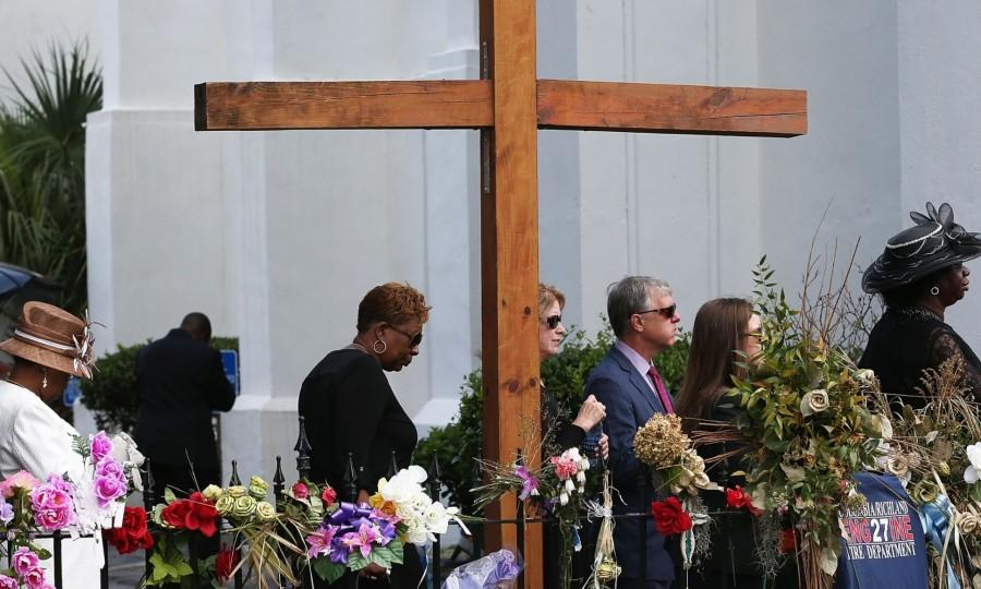 Mourners+gather+to+mourn+the+victims+of+the+Charleston+shooting+on+June+17.