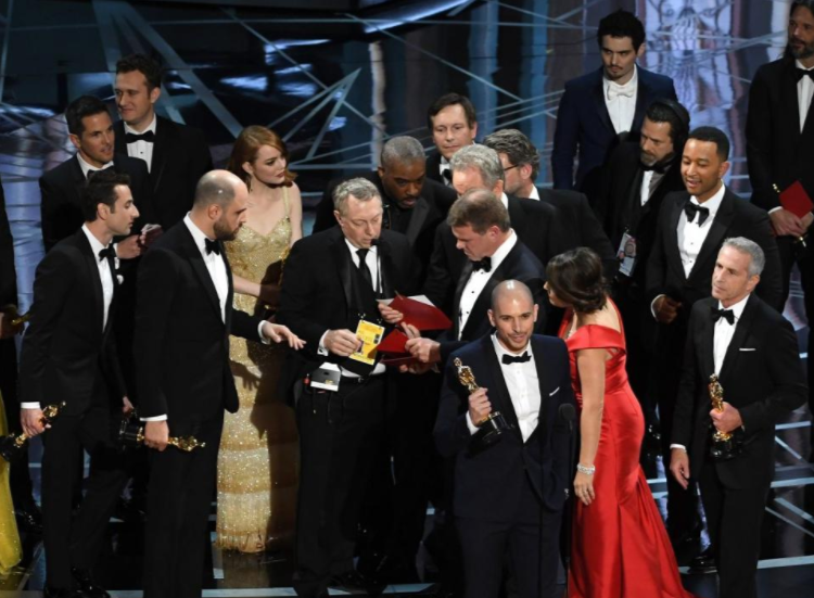 Faye+Dunaway+and+Warren+Beatty+mistakenly+announce+%22La+La+Land%22+as+the+winner+for+Best+Picture+at+the+Oscars.+