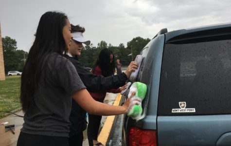 Class of 2020 organizes a car wash and bake sale to raise money