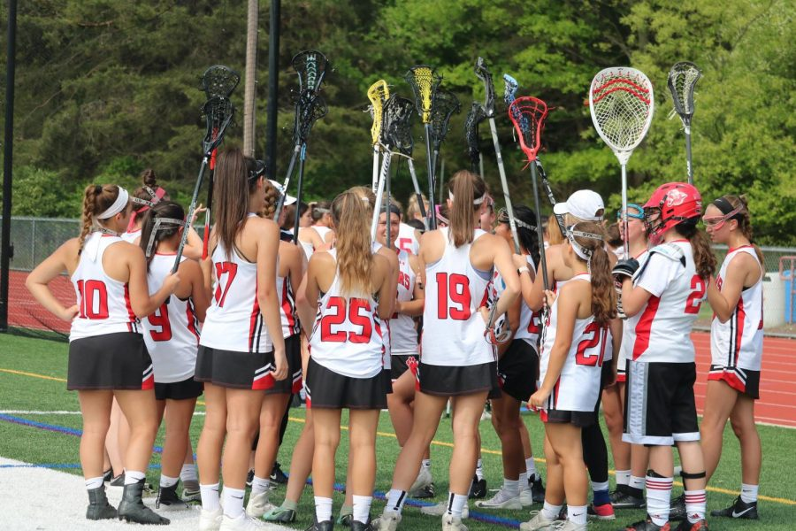 The+girls+lacrosse+team+huddles+before+the+game.