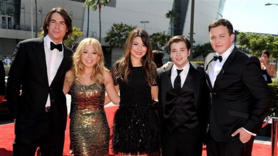 The+original+cast+of+%22iCarly%22+comes+back+together+for+a+reboot+in+2021.+